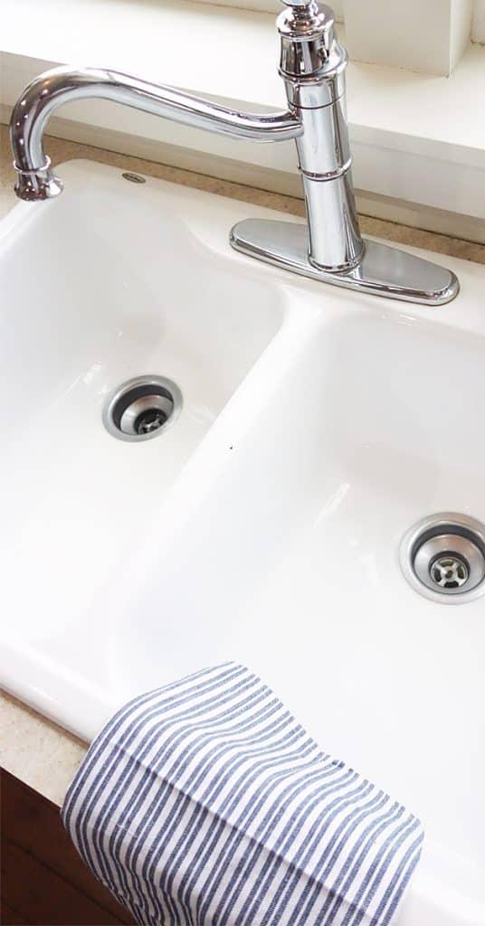 a clean siny white enamel kitchen sink